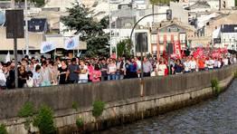 El momento en que la manifestación pasaba por el puente de A Misericordia, sobre la ría de Viveiro FOTÓGRAFO: PEPA LOSADA