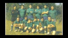 Partido en el extinto campo de f�tbol de Lanz�s, en octubre de 1972. En la fila superior, de izquierda a derecha: Manolo, Julio, Vicente, Luis, Jos� Antonio �Zoco� y To�ito; en la fila inferior, Santiago, Manolo, Marcelino, Luis, Emilio y Ram�n. Este equipo de familiares, primos y hermanos, se enfrent� al Lago, y perdi� por 2 a 1. FOT�GRAFO: MARTA FERREIRA
