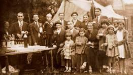 Familia de Antonio �O Peneireiro�, das Ribeiras do Sor (Ma��n), de romer�a no ano 1930 FOT�GRAFO: Carlos Mart�nez