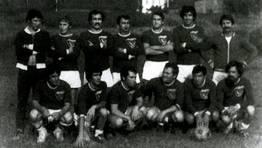 Jugadores del combinado de Valdovi�o en 1979, en un partido ante la selecci�n de Nar�n en el antiguo campo de Lanz�s (Lago) FOT�GRAFO: Jos� Fern�ndez