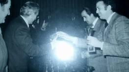 Entrega de trofeos a los campeones del torneo de domin� de Astano en 1975 FOT�GRAFO: Olga Calvo D�az