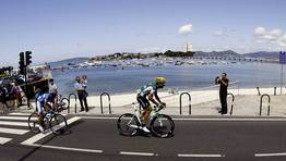 Los ciclistas en la etapa entre Ponteareas y Sanxenxo. FOT�GRAFO: Jose Manuel Vidal | Efe