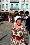Begoña Mather recurrió ayer a un vestido tradicional para disfrutar la Feira Franca FOTÓGRAFO: MARCOS GAGO