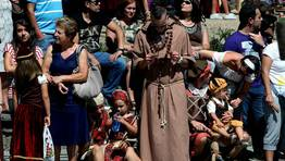 Looks modernos en vestidos medievales FOT�GRAFO: CAPOTILLO