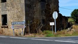 Empezaron cambiando las se�ales del Camino de Santiago para que los peregrinos se dirigiesen a donde est�n los bares, y ahora hacen lo mismo con los indicativos de monumentos como la iglesia de Vilar de Donas. �Lo que hay que hacer para vender!