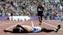 El venezolano Omar Moterola cae al suelo tras ganar la eliminatoria masculina de 400 metros T38. FOTÓGRAFO: ANDY RAIN | EFE