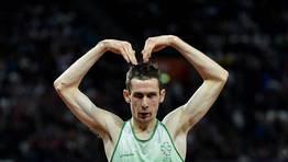 El irlandés Michael McKillop recreando el característico gesto de Mo Farah, atleta británico que se colgó dos oros en los Juegos Olímpicos. FOTÓGRAFO: TOBY MELVILLE | REUTERS