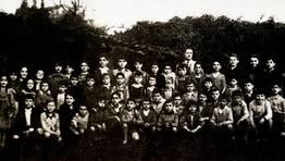 Alumnos de la escuela Nacional de Sedes (Nar�n), en el a�o 1956, junto a su maestro, Marcial Calvo Hermida, posteriormente alcalde de Nar�n durante dos d�cadas y que pr�ximamente cumplir� 100 a�os FOT�GRAFO: Marcial Calvo Hermida
