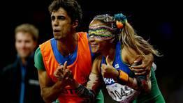 La brasileña Terezinha Guilhermina celebra, junto a su guía, Guilherme Soares de Santana, su victoria en la final de los 100 metros lisos. FOTÓGRAFO: KERIM OKTEN | Efe