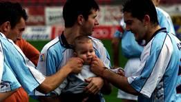 Juanito, con su hijo en brazos, recibi� un homenaje en el 2001. Once a�os m�s tarde contin�a vestido de corto. En la actualidad defiende la camiseta del Nar�n, tambi�n en Tercera. FOT�GRAFO: ALVARO BALLESTEROS