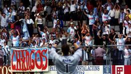 Rafa agradece la fidelidad de la afición compostelana, que acompañó al equipo hasta Ferrol. Imagen del año 2000. FOTÓGRAFO: KOPA