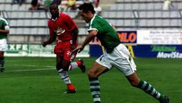 Aira, actual entrenador del Racing de Ferrol, ante el acecho de Romano Sion (2000). FOTÓGRAFO: KOPA