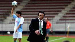 El compostelano Luisito en su visita a San L�zaro  como entrenador del Racing  de Ferrol en el a�o 2010. Al fondo, Jimmy, que este curso regres� a casa tras una etapa en el Monta�eros. FOT�GRAFO: �SCAR CORRAL