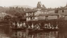 Veci�os da parroquia de Ribeiras do Sor (Ma��n) a bordo de tres chalanas capitaneadas por O Vieito e Cardelle, o d�a 2 de setembro de 1963, durante a xira campestre das festas de San Crist�bal FOT�GRAFO: Carlos Mart�nez