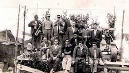 Orquesta Lamas la Pi�a en las fiestas de la Merced de Chanteiro (Ares) en el a�o 1.958, junto a la comisi�n de fiestas FOT�GRAFO: Ju�n Jos� Rodr�guez P�rez