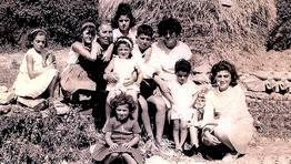 Nietos y bisnietos de Balbina, en una foto tomada en 1964 en Ares FOT�GRAFO: Isabel Doncel