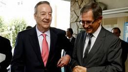 Santiago Rey habla con Evencio Ferrero a la entrada del Concello de Carballo FOT�GRAFO: JOSE MANUEL CASAL