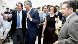 Carlos Negreira y Manuel Varela conversan a la entrada al acto FOT�GRAFO: JOSE MANUEL CASAL