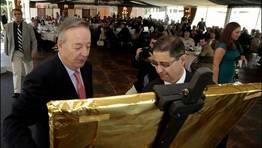 Santiago Rey Fern�ndez-Latorre recibe un cuadro del artista Manauel Facal de manos del delegado de La Voz en Carballo Xos� Ameixeiras FOT�GRAFO: ANA GARCIA