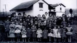 Alumnos de la escuela de Perl�o (Fene), con la profesora Delia en los a�os 50 FOT�GRAFO: Cristina Rubianes Pazos