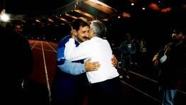 Saludo entre dos de los entrenadores más influyentes del fútbol gallego, Arsenio Iglesias y Fernando Castro Santos. FOTÓGRAFO: XOÁN A SOLER