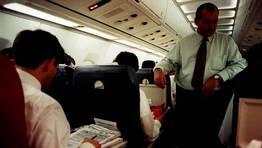 Uno de los viajes en avi�n del equipo en la temporada 1995-1996. Fernando V�zquez estudia y Caneda supervisa. FOT�GRAFO: CESAR QUI�N