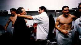 Visita de Xerardo Estévez,  exalcalde de Santiago, al vesturario, en la temporada 1999-2000. FOTÓGRAFO: No disponible