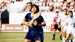 Bellido inmoviliza a Loren, capit�n de la Real Sociedad a finales  de los 90. FOT�GRAFO: XO�N A SOLER