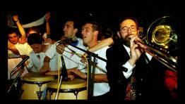 Fidalgo mostr� sus dotes musicalles para celebrar el ascenso a Primera. FOT�GRAFO: CESAR QUIAN / XOAN A. SOLER