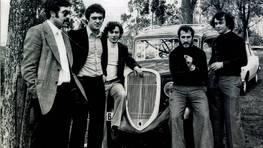 Cinco amigos posan junto a un coche cl�sico, un Fiat Balilla, en un d�a de boda en la iglesia de Valdovi�o, en la d�cada de los 70 FOT�GRAFO: Tono Gato
