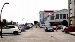 Los coches estacionan en la calle Garc�a Caama�o de Vilagarc�a pese a ser una zona peatonal FOT�GRAFO: MARIA JOSE SANTALLA