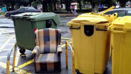 Los contenedores no son el mejor sitio para descansar en un sof� o para que el sof� descanse. FOT�GRAFO: MARTINA MISER