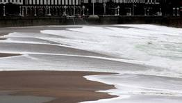 El mar de fondo con olas de 3 a 4 metros provoc� que el mar se comise la playa en A Coru�a. FOT�GRAFO: CESAR QUIAN