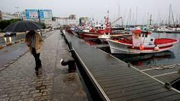 La subida de la marea tambi�n se dej� notar en la zona del puerto. FOT�GRAFO: CESAR QUIAN