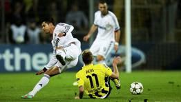 Reus intercepta una jugada de peligro. FOT�GRAFO: ROLF VENNENBERND | EFE