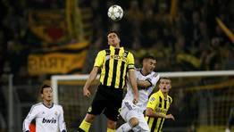 Benzem� disputa un bal�n con las torres alemanas. FOT�GRAFO: LISI NIESNER | REUTERS