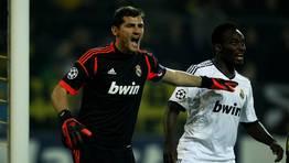 El portero del Madrid, en la defensa de un c�rner, con Essien. FOT�GRAFO: INA FASSBENDER | REUTERS