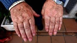 Las manos de Ram�n moldearon durante medio siglo la madera de las embarcaciones de la r�a FOT�GRAFO: MARTINA MISER
