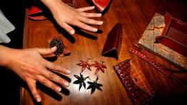 De las manos de Mari�n salen m�scaras, pendientes, bolsos, polainas... FOT�GRAFO: MARTINA MISER