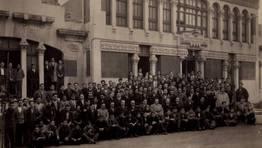 Foto de familia de los aprendices de Baz�n en el a�o 1931. Entre los profesores figuran Andr�s L�pez Dafonte y Juan Via�o FOT�GRAFO: Gerardo P�rez