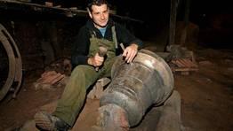 Enrique L�pez prepara una campana que acaba de salir del horno y que sonar� pronto en Trazo. FOT�GRAFO: MARTINA MISER