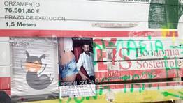 Publicidad del concello de Vilagarc�a encima de una valla que est� a punto de caerse FOT�GRAFO: ANTONIO GARRIDO