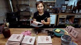 Mar Barral esmalta unas piezas en una de las salas del taller en el que desarrolla su labor creadora, situado en Abalo (Catoira) FOT�GRAFO: MARTINA MISER