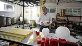 Joaqu�n Di�guez en la f�brica de Pontecesures donde todav�a se conserva alguna maquinaria de hace 75 a�os. FOT�GRAFO: MONICA IRAGO