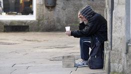 Desde que comenz� la crisis son demasiados los estragos que est� causando. En 2012 uno de cada cinco ciudadanos residentes en Espa�a se encuentra por debajo del umbral de  riesgo de pobreza, es decir, vive con menos de 7.355 euros al a�o. El Instituto Nacional de Estad�stica se�ala que los ingresos medio de los hogares espa�oles fueron de 24.609 euros en el 2011, un 1,9 % menos que en el a�o anterior. FOT�GRAFO: �lvaro Ballesteros