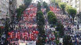En el 2012 dos huelgas generales colmaron el descontento social hacia las medidas tomadas por el Gobierno. La primera y m�s multitudinaria fue el 29 de marzo. La segunda jornada de paro fue el 14 de noviembre coincidiendo con la convocatoria de Portugal. De esta manera, era primera vez en la historia de la Uni�n Europea se convoc� simult�neamente una jornada de paros en diferentes estados con una reivindicaci�n com�n.