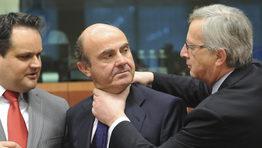 La imagen de la presi�n que Europa somete a Espa�a fue retratada por el apret�n de cuello que el presidente del Eurogrupo, Jean Claude Juncker someti� a Luis de Guindos. El �estrangulamiento� podr�a retratar perfectamente el ahogo social al que el Gobierno tiene sometido a los espa�oles. Los hechos surgieron antes de la  comparecencia del ministro de Econom�a delante del Eurogrupo para presentar el plan de reducci�n del d�ficit que tiene previsto Espa�a. FOT�GRAFO: Efe | Olivier Hoslet