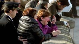 Tragedia en la playa del Orzán en A Coruña el 27 de enero. El mar se lleva a tres policías nacionales por la imprudencia de un joven. En la imagen, familiares y amigos de las víctimas. FOTÓGRAFO: VÍTOR MEJUTO