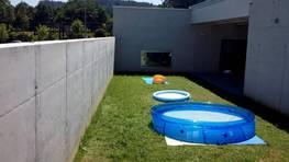 El 23 de julio, una niña de dos años se ahoga en una piscina hinchable -en primer término- en una guardería de Betanzos. FOTÓGRAFO: CÉSAR DELGADO