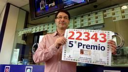 Javier R�os, con el tercer premio que vendi� en su administraci�n de O Burgo, donde reparti� 240 d�cimos, m�s de 1,6 millones de euros. FOT�GRAFO: Eduardo Perez